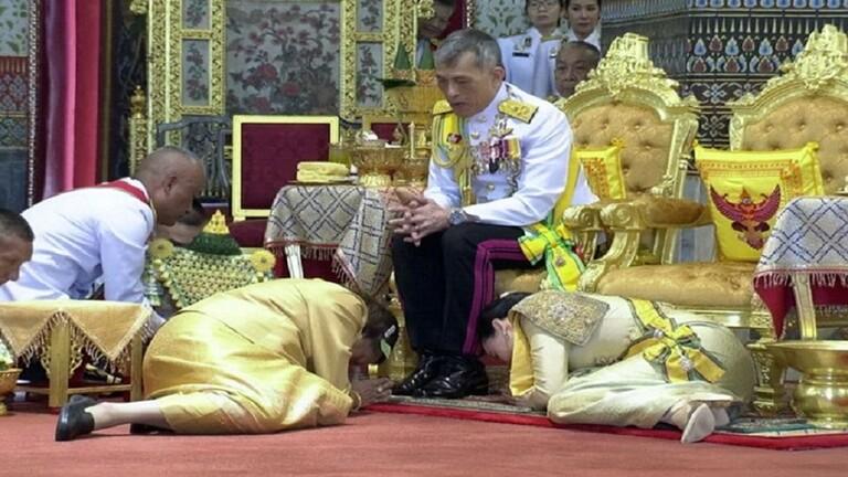ملك تايلاند ينهي الحجر مع 20 من محظياته في جبال الألب ويعود إلى بلاده