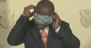 الرئيس حاول تعليم شعبه طريقة ارتداء الكمامة فوضعها على عينيه