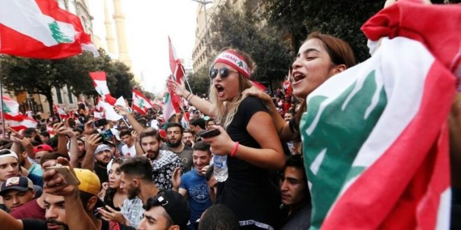 بالفيديو.. احتجاجات لبنان تنقلب إلى فلتان أمني في طرابلس وهجمات بالقنابل على مصارف