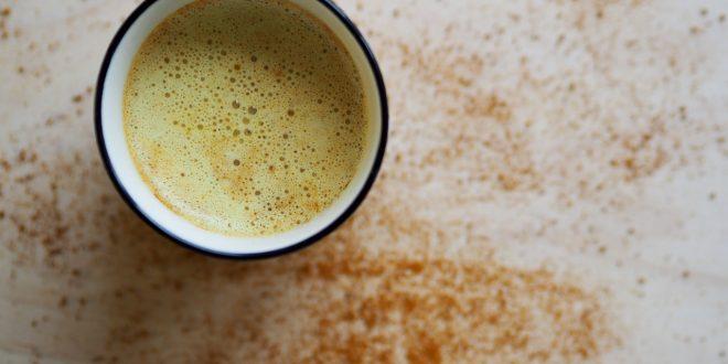 اشرب الشاي الذهبي الساخن قبل النوم للتخفيف من الآلام المزمنة والصداع