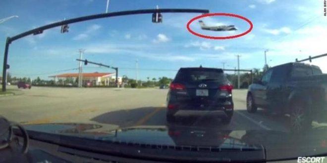 """طائرة تصطدم بخطوط الكهرباء.. وتهوي فوق """"تقاطع مروري"""""""