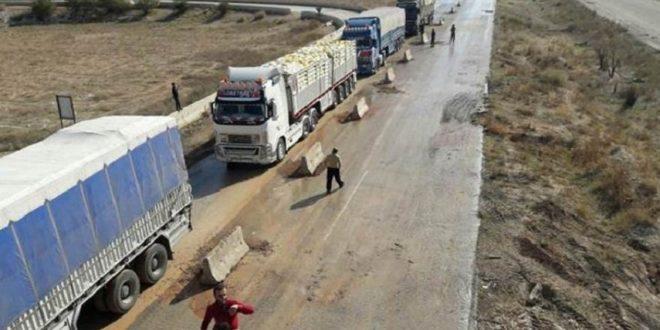 شاحنات تجارية برفقة قوات روسية تدخل طريق M4
