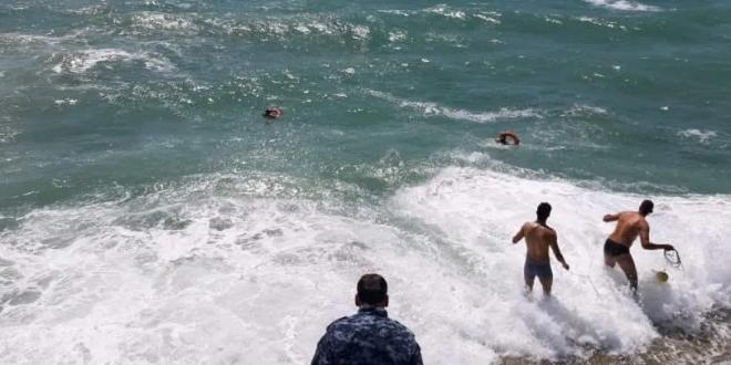 انقاذ شابين من الغرق في اللاذقية بسبب الأمواج العالية