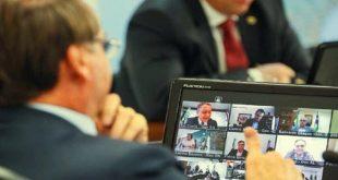 """رجل أعمال يظهر """"من غير هدوم"""" وهو يستحم خلال اجتماع فيديو مع رئيس البرازيل!"""