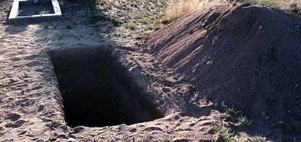 أجبرها اثنان من جيرانها على حفر قبرها بيدها ودفنها فيه حية