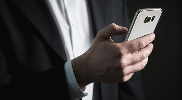 8 طرق لاستخدام الموبايل تسبب السرطان.. احذروها!