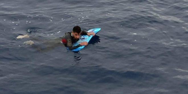 لاجئ سوري يحاول العبور من تركيا الى اليونان على لوح تزلج!