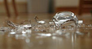 حيل ذكية لتنظيف الزجاج المكسور بسهولة وأمان