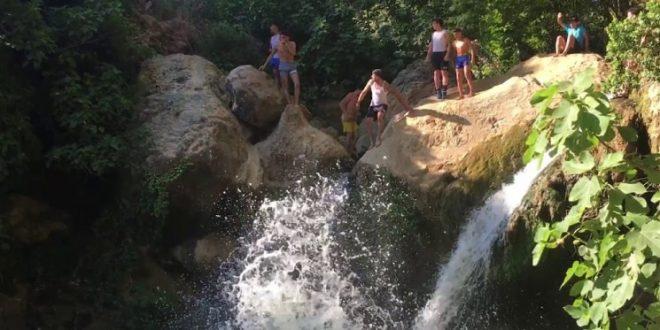 بلبلة في قرية لبنانية بسبب فتاة في المايو وبيرة!