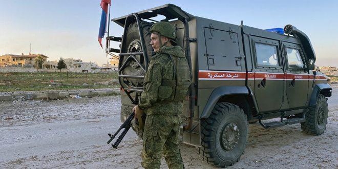استهداف مدرعة روسية بقنبلة أثناء قيامها بدورية مشتركة في ادلب