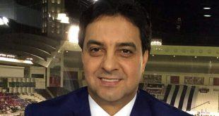 """أعلن في العراق، اليوم الأحد، عن وفاة النجم العراقي السابق أحمد راضي، في العاصمة بغداد بعد تدهور صحته متأثرا بإصابته بفيروس كورونا الجديد. وجاءت وفاة أحمد راضي قبل نقله إلى الأردن لاستكمال العلاج من فيروس كورونا، حيث اتخذت ترتيبات لنقله إلى العاصمة الأردنية عمان. وكانت تقارير أشارت السبت إلى أنه سيتم نقل راضي إلى العاصمة الأردنية لتلقي العلاج من فيروس كورونا، بعد أن ساءت صحته أكثر، ونظرا لأن عائلته تقيم في الأردن. وكان أسطورة منتخب العراق أدخل في وقت في سابق إلى المستشفى بعد الاشتباه بإصابته بفيروس كورونا الجديد، بحسب ما ذكر مراسلنا. ونقل موقع """"بغداد اليوم"""" عن مصدر طبي في المستشفى قوله إن """"الكابتن أحمد راضي يعاني من ضيق التنفس وظهرت عليه أعراض الإصابة بالفيروس مما استوجب نقله للمستشفى ووضعه على جهاز التنفس الصناعي"""". وتأتي وفاة أحمد راضي بعد أسابيع قليلة على وفاة اللاعب الدولي السابق علي هادي، أثر إصابته بفيروس كورونا، بالرغم من صحته الجيدة قبل دخول المستشفى. اقرأ ايضاً: 5 لاعبين عرب تتسابق أكبر أندية أوروبا على ضمهم في سوق الانتقالات الصيفية يذكر أن راضي يعتبر من أساطير الكرة العراقية، وصاحب الهدف العراقي الوحيد في تاريخ بطولة كأس العالم، والذي جاء في مرمى بلجيكا بـمونديال 1986 الذي أقيم في المكسيك. (سكاي نيوز) للمزيد تابعوا صفحتنا على فيسبوك شام تايمزshamtimes.net"""