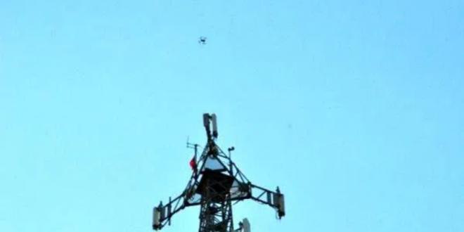 Screenshot 2020 06 02 لاجئ سوري يعتصم فوق برج اتصالات ويشترط حضور أردوغان تلفزيون الخبر اخبار سوريا