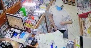 """لبناني مسلح يقتحم صيدلية ويسطو على حفاضات أطفال: """"هيك بدن بهالبلد"""".. شاهد!"""