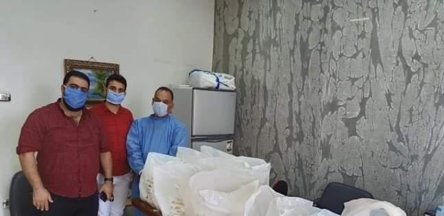 لاجئ سوري يكافئ الكوادر الطبية بعدة مشافٍ في بور سعيد على طريقته