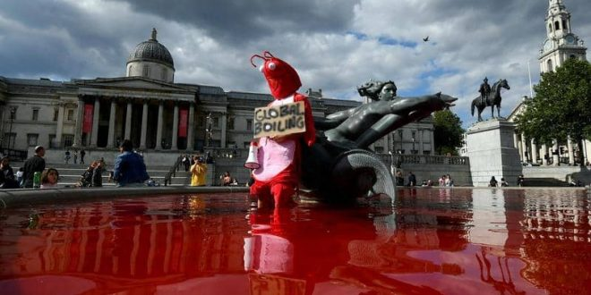 نافورة الدم.. مشهد صادم في لندن