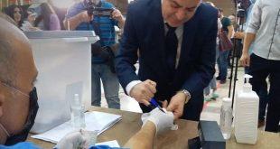 بعد اشاعات توقيفه.. عماد خميس يظهر بانتخابات مجلس الشعب وبلا كمامة