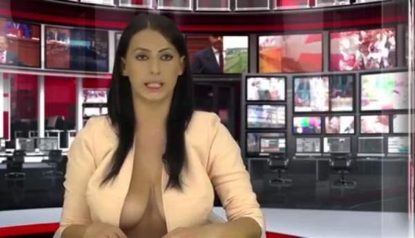 مذيعة تقرأ نشرة الأخبار بملابس كاشفة جداً لجذب الجمهور