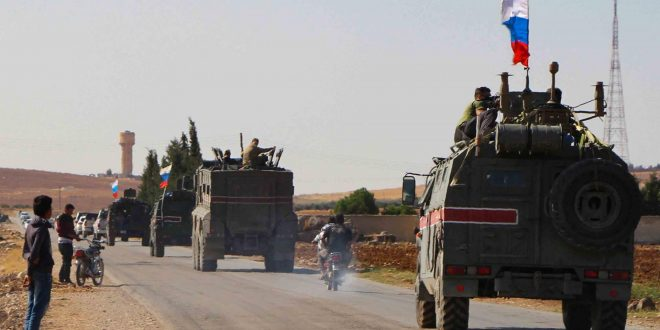 """القوات الروسية تؤمن سير القوافل على الطريق الدولي في سوريا """"إم 4"""".. شاهد!"""