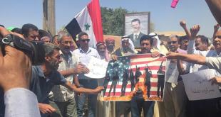 أهالي قرية طرطب السورية يحرقون الأعلام الأمريكية