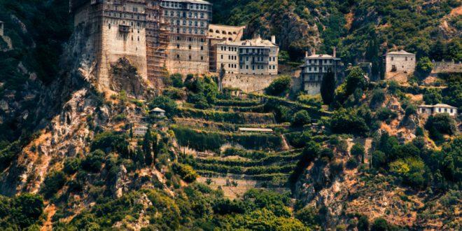ما قصة جبل آثوس المقدس في اليونان