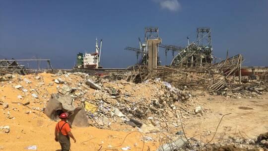 موظف في مرفأ بيروت يجري اتصالا من تحت الأنقاض بعد 6 ساعات من الانفجار