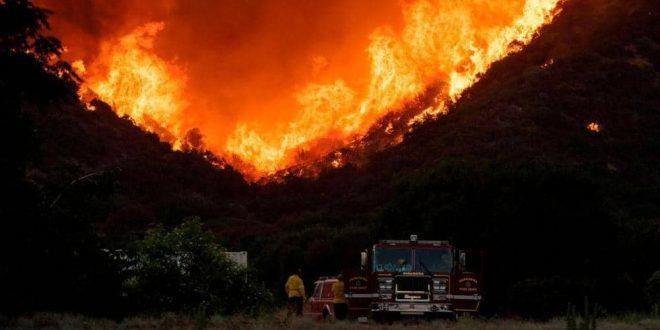 حريق ضخم بكاليفورنيا يجبر الآلاف على ترك منازلهم
