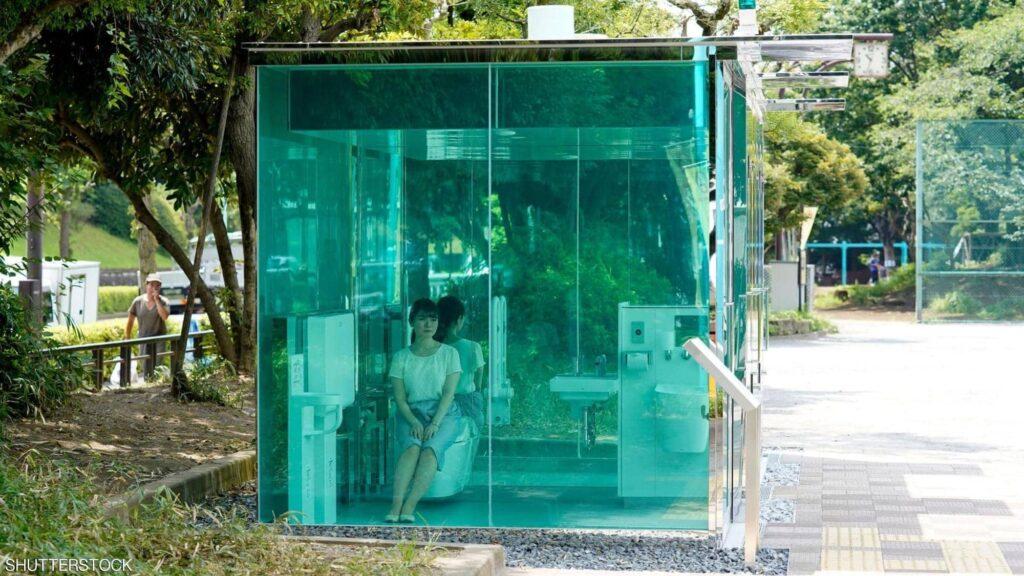 """غرائب اليابان.. حمامات شفافة في حدائق عامة لكن """"هناك سرا"""""""
