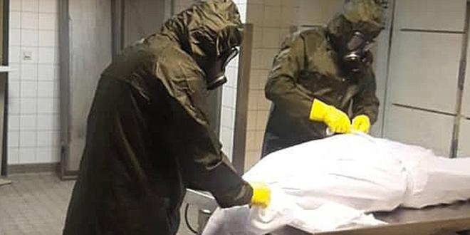 صورة أطباء سوريون ينحنون لجثمان زميلهم الذي قضى أثناء محاربته الفيروس تشعل مواقع التواصل