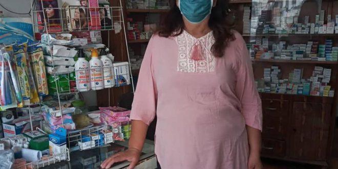 تزامنا مع ارتفاع الإصابات .. صيدلانية سورية توزّع الكمامات مجاناً للطلبة