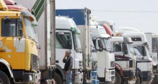 بسبب كورونا.. 15 شاحنة تحمل خضاراً فواكه متوقفة على الحدود الأدرنية