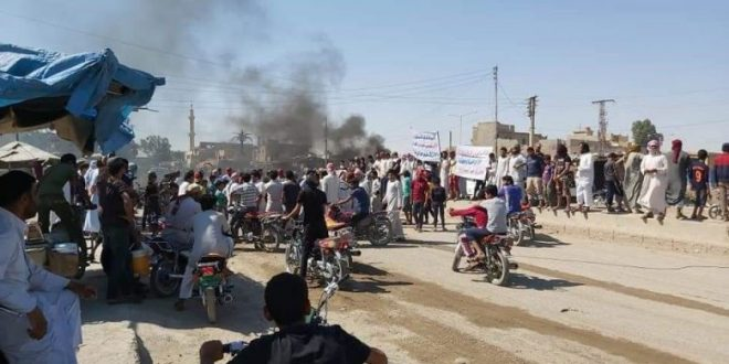 "سكان ""تل حميس"" يتظاهرون ضد ""قسد"" ويقتحمون مقرا لها"
