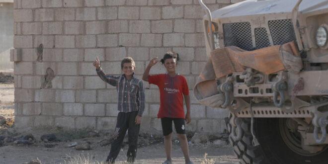 اختراق أمني كبير.. طفل سوري يتجاوز سياج قاعدة عسكرية أمريكية في سوريا, شاهد!