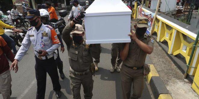 عقوبة مرعبة لمن يمتنع عن وضع الكمامة في أندونيسيا