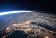 رائد فضاء روسي يكشف لغز الأجسام المضيئة التي تحلق فوق الأرض.. شاهد