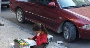 طفلة تقوم بواجبها الدراسي على أحد الأرصفة بدمشق.. و وزير التربية يتدخل؟