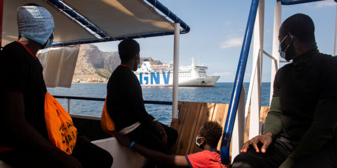 الشرطة الإيطالية توقف سوريين بزعم تهريبهما مهاجرين إلى سواحل البلاد
