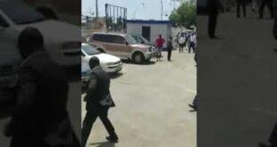 رئيس دولة يضرب وزير بحكومته تخاذل في عمله.. فيديو