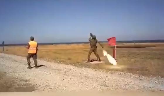صاروخ يعود إلى الشخص الذي أطلقه! هذا ما حدث لجندي روسي.. شاهد!