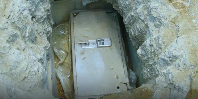موظف سعودي فاسد يخفي الملايين في حفرة داخل منزله.. شاهد!