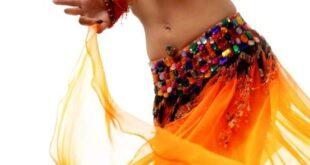 راقصة عربية تثير الجدل بنشرها صور غير لائقة