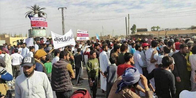 """مسلحو """"قسد"""" يطلقون الرصاص على مظاهرة ضد ماكرون شرقي سوريا"""