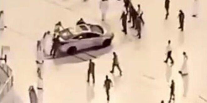 سيارة تقتحم ساحة الحرم المكي وتصدم بإحدى بواباته... شاهد!