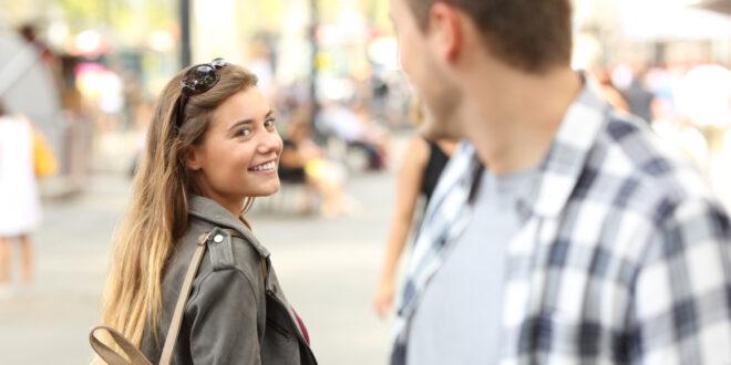 تعبير الوجه هذا يعني أن الشخص الذي أمامك يغازلك
