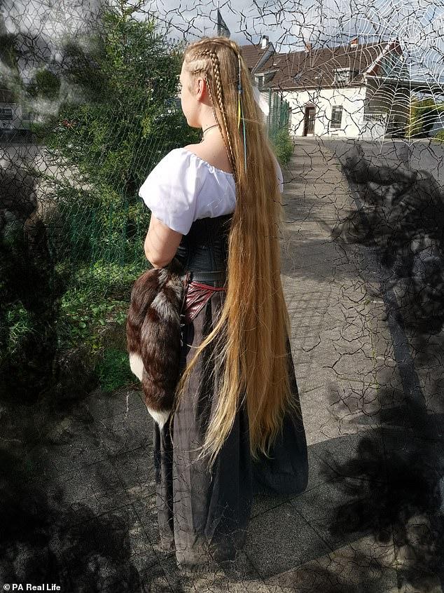 فتاة ألمانية لم تقص شعرها منذ 15 عاماً.. شاهد الصور!