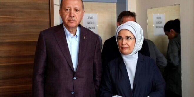 أردوغان يدعو لمقاطعة فرنسا.. وزوجته تحمل حقيبة يد فرنسية!