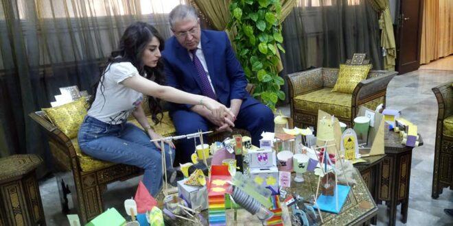 """وزير التربية""""يلتقي بمعلمة قدمت مشروع تبسيط قواعد اللغة العربية"""