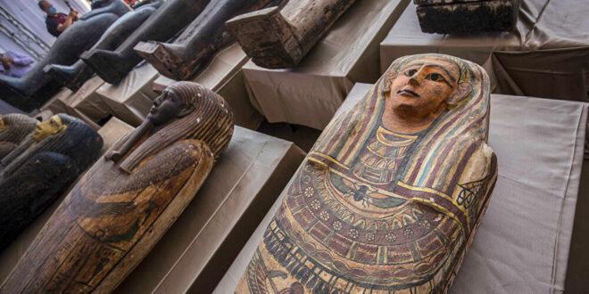 فحص مومياء داخل تابوت أثري في مصر تكشف مفاجأة.. شاهد!