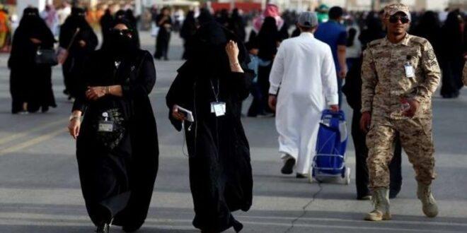 فيديو لعشرات السعوديين يتجمعون حول حسناء شقراء يثير ضجة على الانترنت