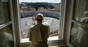 """بابا الفاتيكان في ورطة بسبب عارضة أزياء برازيلية... والحسناء تقول """"ضمنت الجنة"""""""