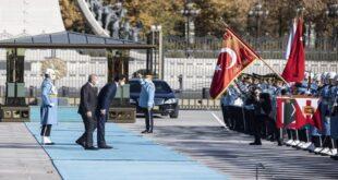 أمير قطر ينحني للعلم التركي في مشهد غريب